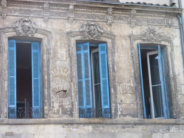Un bel immeuble à l'angle de la rue Sainte-Philomène
