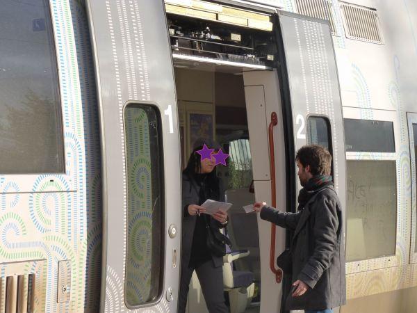 Agent SNCF émerveillée devant un flyer de Bordeaux 2066