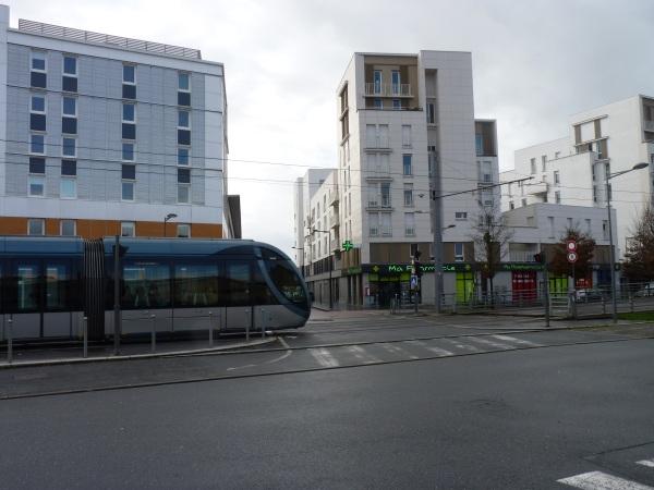 Le tram, sur le terrain de l'ancienne verrerie.