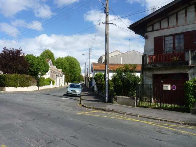 Maison basque dans rue manquant de piment