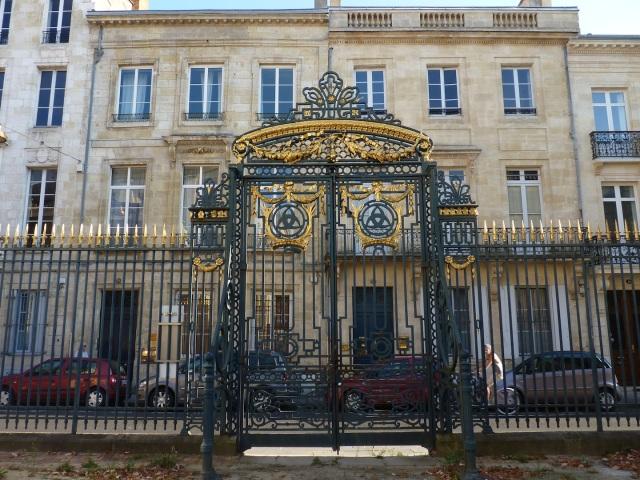 Rue Elisée Reclus vue des jardins du Palais Rohan.