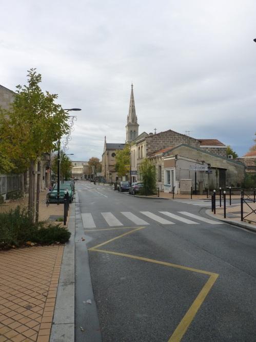 La rue au début du XXIème siècle. Remarquez heu... cette belle Citroën Saxo.