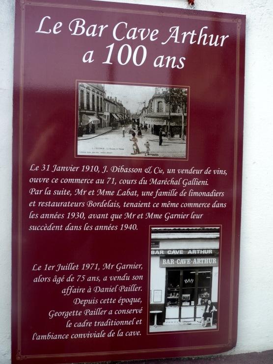 L'histoire du bar affichée sur sa façade